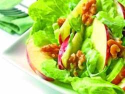 Зеленый салат с грецким орехом