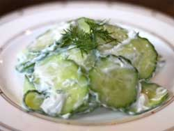 Рецепт огуречного салата с йогуртовой заправкой и укропом
