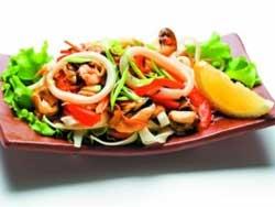 Салат из кальмаров и соленых огурцов