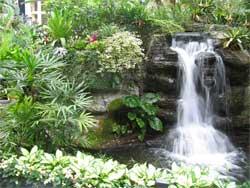 Фонтан с водопадом на садовом участке