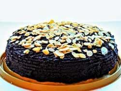 Шоколадный торт с миндалем и финиками